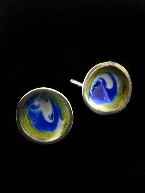 Ασημένια 925 σκουλαρίκια  μπόκολες (διάμετρος: 1 cm) με ψυχρό σμάλτο. Κατάλληλα για κάθε ώρα και κάθε ηλικία. Απλά, χαριτωμένα και διακριτικά.