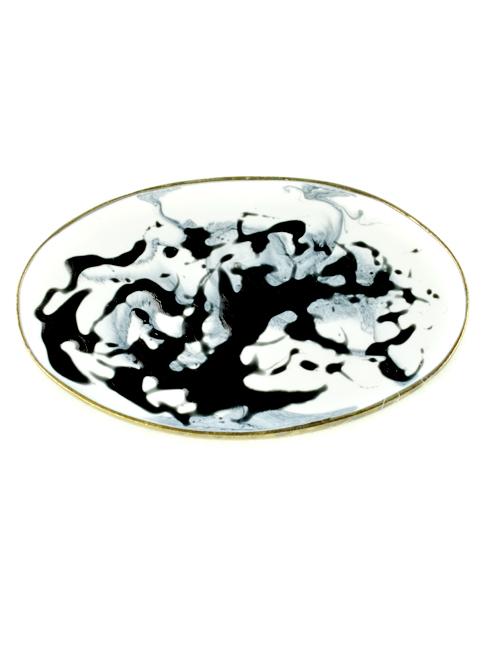 Μεγάλη οβάλ καρφίτσα,  (μέγιστο μήκος 5,2cm και ύψος 3,2cm)  από αρζαντό με ψυχρό σμάλτο σε ασπρόμαυρη σύνθεση. Ύφος ιδιαίτερης γκραβούρας στις εμφανίσεις σας!