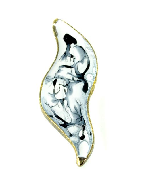 Καμπύλη καρφίτσα,  (μέγιστο μήκος 5,5cm και ύψος 2cm)  από αρζαντό με ψυχρό σμάλτο σε ασπρόμαυρη σύνθεση. Ύφος ιδιαίτερης γκραβούρας στις εμφανίσεις σας!