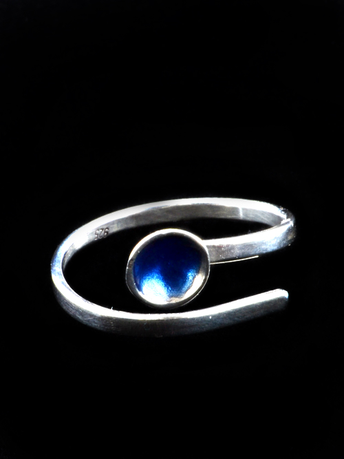 Ασημένιο 925 δαχτυλίδι με μπόκολα  (διάμετρος 0,6 cm) με ψυχρό σμάλτο. Κατάλληλο για κάθε ώρα και κάθε ηλικία. Απλό, χαριτωμένο και διακριτικό.