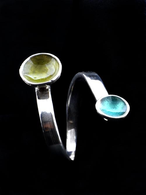 Ασημένιο 925 δαχτυλίδι με μπόκολες  (διάμετροι: 1 cm και 0,6 cm) με ψυχρό σμάλτο. Κατάλληλο για κάθε ώρα και κάθε ηλικία. Απλό, χαριτωμένο και διακριτικό.