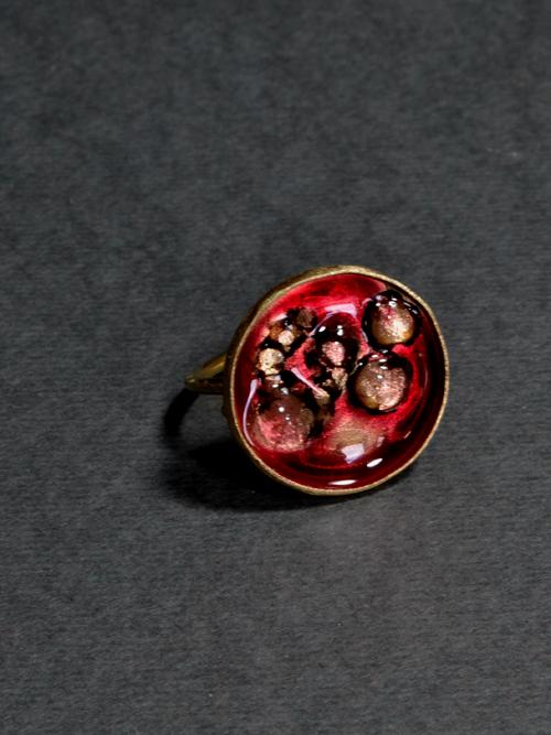 Δαχτυλίδι με ρητίνη και ψημένο γυαλί. Μια πινελιά θερμού χρώματος στο χέρι!