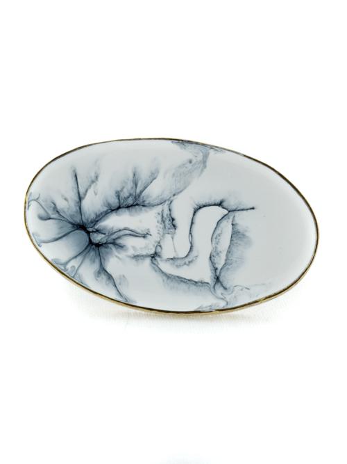 Μεγάλο οβάλ δαχτυλίδι ,  (μέγιστο μήκος 5,2cm και ύψος 3,2cm)  από αρζαντό ή μπρούντζο, με ψυχρό σμάλτο σε ασπρόμαυρη σύνθεση. Ύφος ιδιαίτερης γκραβούρας στις εμφανίσεις σας!