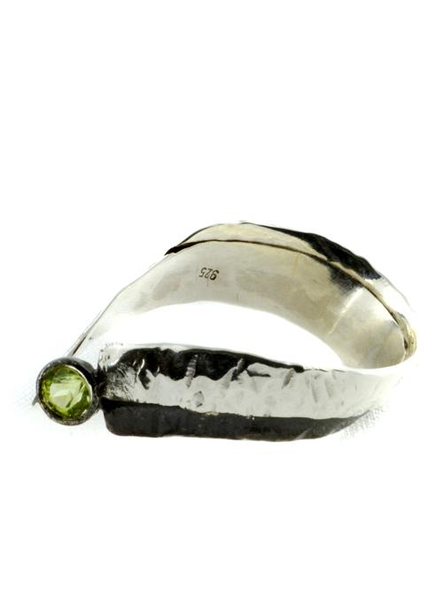 Μοναδικό, χειροποίητο, δαχτυλίδι απο ασήμι 925 (οξειδωμένο και μη), με πέτρα τουρμαλίνης. Οι τρεις τρόποι που υπάρχουν για να φορεθεί (ανάλογα ποια πλευρά εμφανίζεται πάνω) δημιουργούν την εντύπωση τριων δαχτυλιδιών σε ένα!