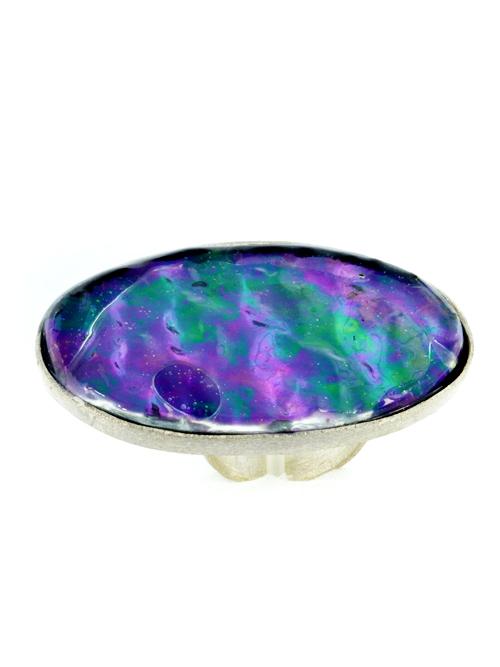 Ασημένιo 925 οβάλ μεγάλο δαχτυλίδι , (μέγιστο μήκος 5,2cm και ύψος 3,2cm)  με  ιριδίζον γυαλί. Οι ιριδισμοί στο γυαλί μεταβάλονται ανάλογα με το φώς και δημιουργούν ενα εντυπωσιακό αποτέλεσμα.