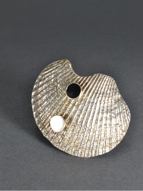 Δαχτυλίδι από ασήμι 925 σχήματος κοχυλιού με δυο μικρά ημισφαίρια με λευκό και μαύρο ψυχρό σμάλτο. Το δαχτυλίδι είναι ανοιχτό, μπορεί δηλαδή να αυξομειωθεί.