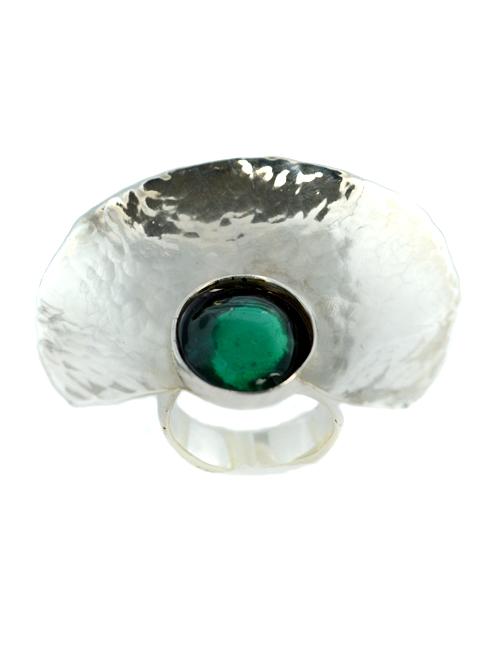 Εντυπωσιακό ασημένιo 925  δαχτυλίδι , (μέγιστο μήκος 3cm και ύψος 4,2cm) σχήματος αρχαιοελληνικού αμφιθεάτρου όπου στο κέντρο περιέχεται στρογγυλό πρασινοτυρκουάζ γυαλί.