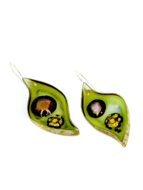 Σκουλαρίκια από μπρούντζο ή αρζαντό , (μέγιστο μήκος 1,7cm και ύψος 3,7cm) με την τεχνική Maramila σμάλτο και γυαλί, το κούμπωμα είναι ασημένιο. Καλοκαιρινή διάθεση και χρώμα στις εμφανίσεις σας!
