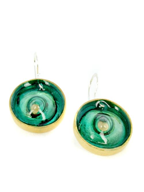 Σκουλαρίκια από μπρούντζο ή αρζαντό,(διαμέτρου 2 cm) με την τεχνική Maramila σμάλτο και γυαλί, το κούμπωμα είναι ασημένιο. Καλοκαιρινή διάθεση και χρώμα στις εμφανίσεις σας!