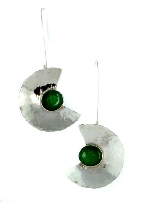 Ασημένια 925 σκουλαρίκια,  με  γυαλί (μέγιστο μήκος 3cm και ύψος 8cm) με μορφή αρχαιοελληνικού αμφιθεάτρου και πρασινογάλαζο γυαλί στην μέση (σαν να ήταν πέτρα). Το σύρμα που τα συγκρατεί και καταλήγει σε γαντζάκι από όπου κρέμονται, επιτρέπει την κίνηση
