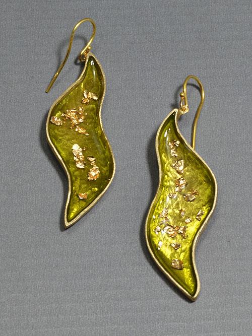 Σκουλαρίκια από μπρούντζο, (μέγιστο πλάτος 1,5cm και ύψος 5,5cm)  με ψυχρό σμάλτο και φύλλα χρυσού, το κούμπωμα είναι ασημένιο. Για εντυπωσιακές εμφανίσεις!