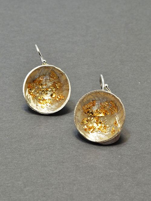 Ασημένια σκουλαρίκια  με  ψυχρό σμάλτο και φύλλα χρυσού, διαμέτρου 2 cm.