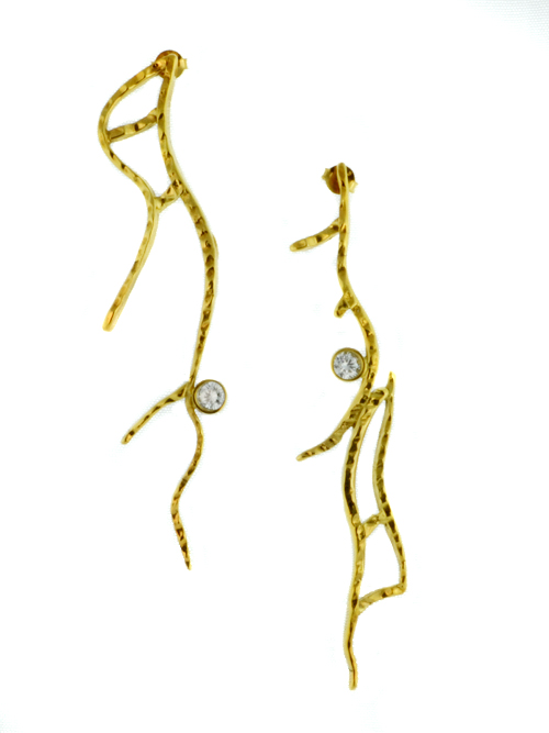 Επίχρυσα ασημένια 925 σκουλαρίκια με συνθετικό ζιργκόν (μέγιστο μήκος 1.6cm και ύψος 7.9cm). Έχουν σχήμα σαν κλαδάκια φυτού που κρέμονται και τα ζιργκόν θυμίζουν δροσοσταλίδες.