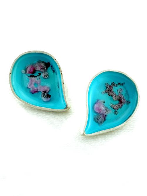 Ασημένια σκουλαρίκια, (μέγιστο μήκος 1,8cm και ύψος 2,5cm) με  σμάλτο και γυαλί.  Καλοκαιρινή διάθεση και χρώμα στις εμφανίσεις σας!