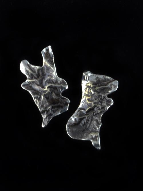 """Σκουλαρίκια από ασήμι 850 με τεχνική reticulation (δημιουργία ραβδώσεων). Το ένα σκουλαρίκι """"συμπληρώνει"""" το άλλο, χωρίς να είναι πανομοιότυπα. Κατάλληλα και για καθημερινό και για πιο επίσημο ντύσιμο."""