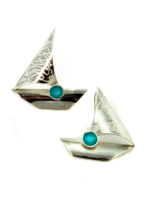 Σκουλαρίκια από ασήμι με ρητίνη ως μια στάλα χρώματος. Προσθέτει μια ιδιαίτερη δυναμική στην εμφάνισή σας!