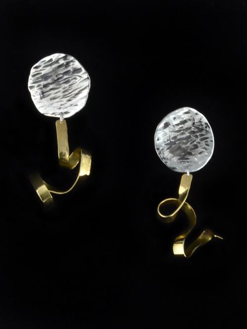 Σκουλαρίκια απο οξειδωμένο ασήμι 925 που καταλήγουν σε μπρούντζινο έλασμα σαν κορδέλα. Κατάλληλα και για καθημερινό και για πιο επίσημο ντύσιμο.