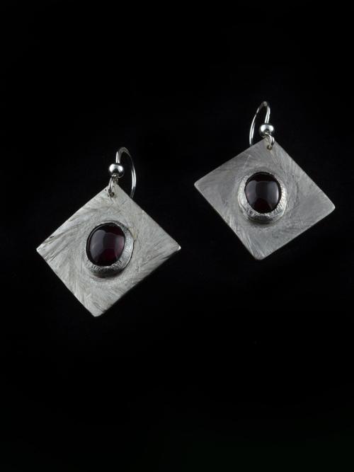 Ασημένια 925 σκουλαρίκια με πέτρα γρανάτη. Χειροποίητα και μοναδικά, με λιτό σχέδιο, μετρίου μεγέθους, κατάλληλο για κάθε ηλικία και ώρα.