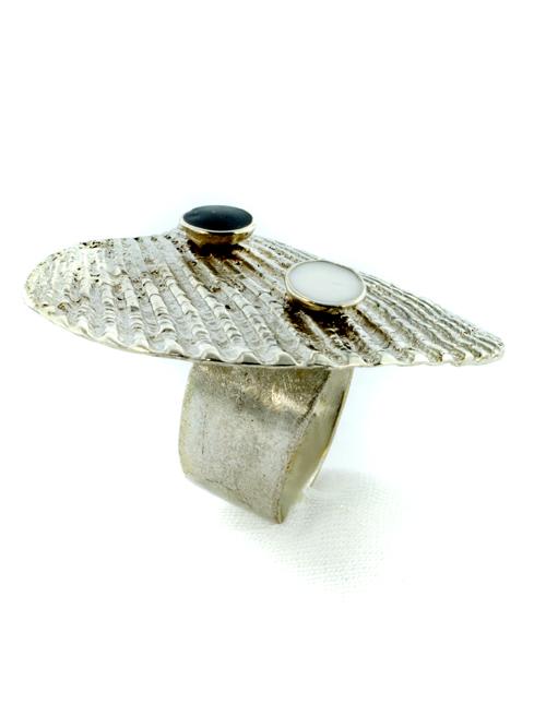Δαχτυλίδι από ασήμι 925 σχήματος κοχυλιού με δυο μικρά ημισφαίρια με λευκό και μαύρο ψυχρό σμάλτο.