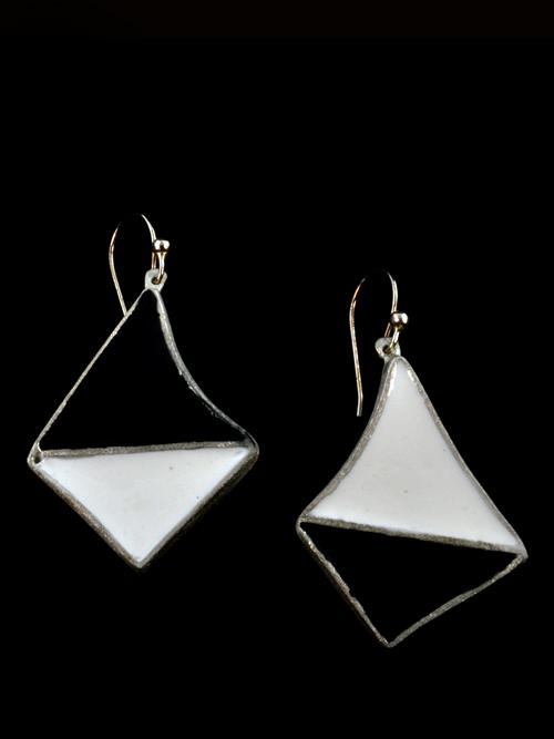 Ασημένια 925 σκουλαρίκια , (μέγιστο μήκος 2,7cm και ύψος 3,6cm)  με  ψυχρό σμάλτο. Σχηματίζει το κάθε σκουλαρίκι ένα ζευγάρι τριγώνων τοποθετημένο το ένα πάνω στο άλλο. Κάθε τρίγωνο έχει εσοχές, σαν να είναι θήκη, όπου μέσα εκεί εσωκλείεται το ψυχρό σμάλτ